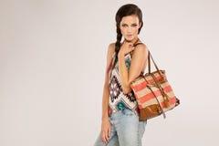 Chica joven con maquillaje del bolso y del colorfull Foto de archivo libre de regalías