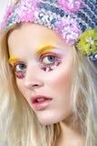 Chica joven con maquillaje del colorfull en sombrero chispeante Fotografía de archivo