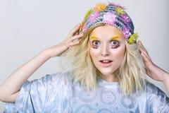 Chica joven con maquillaje del colorfull en sombrero chispeante Fotos de archivo libres de regalías