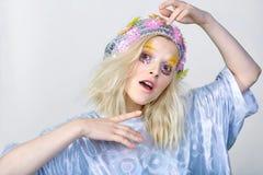 Chica joven con maquillaje del colorfull en sombrero chispeante Imagenes de archivo