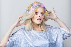 Chica joven con maquillaje del colorfull en sombrero chispeante Imagen de archivo