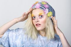 Chica joven con maquillaje del colorfull en sombrero chispeante Foto de archivo libre de regalías
