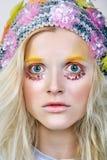 Chica joven con maquillaje del colorfull en sombrero chispeante Imágenes de archivo libres de regalías