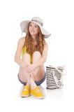 Chica joven con Panamá y bolso en la moda Imágenes de archivo libres de regalías