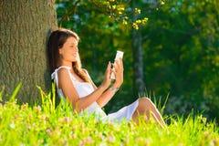 Chica joven con PC de la tableta Imagen de archivo