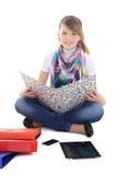 Chica joven con PC y el teléfono de la tablilla Imagenes de archivo