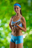 Chica joven con pesa de gimnasia Fotografía de archivo libre de regalías