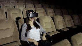 Chica joven con realidad virtual de los vidrios metrajes