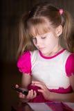 Chica joven con smartphone Foto de archivo libre de regalías