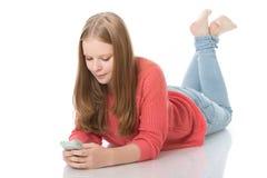 Chica joven con smartphone Imagen de archivo libre de regalías