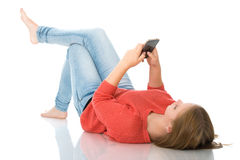 Chica joven con smartphone Fotos de archivo libres de regalías
