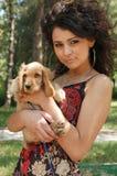 Chica joven con su animal doméstico Fotos de archivo libres de regalías