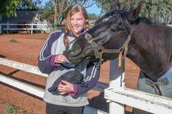 Chica joven con su caballo Fotografía de archivo