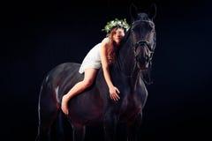 Chica joven con su caballo Foto de archivo