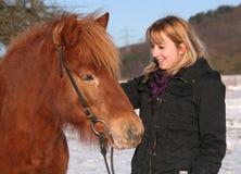 Chica joven con su caballo de Islandic Fotos de archivo