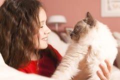 Chica joven con su gato Foto de archivo