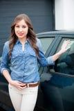 Chica joven con su nuevo coche Imagen de archivo libre de regalías
