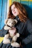 Chica joven con su oso encantador viejo del peluche Imágenes de archivo libres de regalías