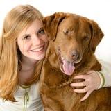 Chica joven con su perro Foto de archivo