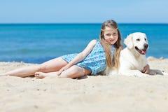 Chica joven con su perro por la playa Fotos de archivo