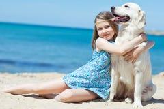 Chica joven con su perro por la playa Imágenes de archivo libres de regalías