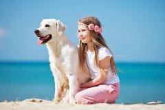 Chica joven con su perro por la playa Fotografía de archivo