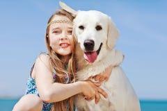 Chica joven con su perro por la playa Fotografía de archivo libre de regalías