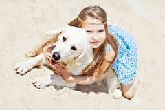 Chica joven con su perro por la playa Fotos de archivo libres de regalías