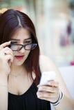 Chica joven con su teléfono móvil Foto de archivo