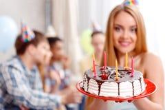 Chica joven con su torta de cumpleaños foto de archivo libre de regalías