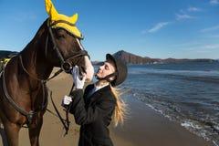 Chica joven con un caballo preferido en la playa. Imagen de archivo libre de regalías