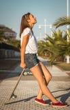 Chica joven con un monopatín al aire libre Fotos de archivo