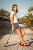 Chica joven con un monopatín al aire libre Imagen de archivo