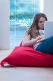 Chica joven con un ordenador portátil Fotos de archivo