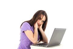 Chica joven con un ordenador portátil Foto de archivo libre de regalías