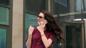 Chica joven con un panier que habla en el teléfono almacen de video