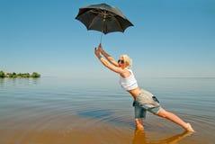 Chica joven con un paraguas Fotos de archivo