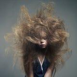 Chica joven con un peinado de moda del volumen Fotografía de archivo libre de regalías