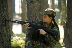 Chica joven con un rifle Fotografía de archivo libre de regalías