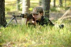 Chica joven con un rifle Fotografía de archivo