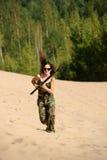Chica joven con un rifle Imagen de archivo libre de regalías