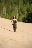 Chica joven con un rifle Fotos de archivo