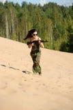 Chica joven con un rifle Fotos de archivo libres de regalías