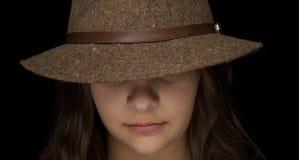 Chica joven con un sombrero de ala Imágenes de archivo libres de regalías