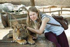 Chica joven con un tigre Imagen de archivo libre de regalías