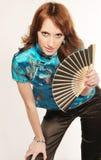 Chica joven con un ventilador en las manos foto de archivo