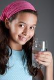 Chica joven con un vidrio de agua Fotos de archivo libres de regalías