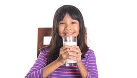Chica joven con un vidrio de la leche I Imagen de archivo libre de regalías