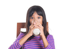Chica joven con un vidrio de la leche III Imagen de archivo libre de regalías