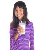 Chica joven con un vidrio de la leche VIII Foto de archivo libre de regalías